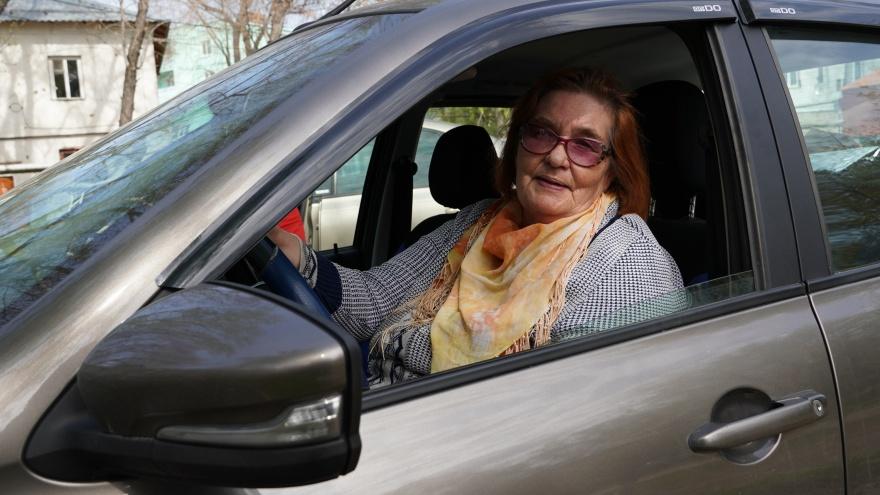 «Пускай люди видят, что бабушка тоже умеет рулить»: история Пелагеи Борисовой — 68-летней таксистки