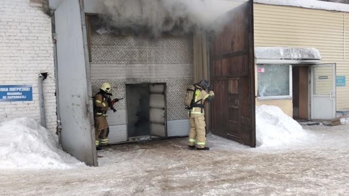 В загоревшемся складе запчастей на Калинина ищут рабочего