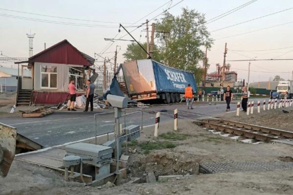 Грузовик разрушил пост дежурного по переезду