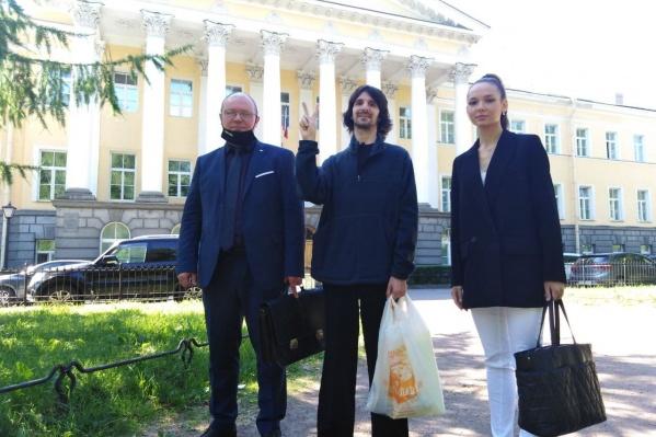 Александр Меркулов (посередине) со своими адвокатами