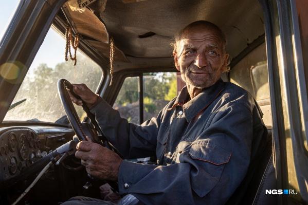 70-летний путешественник из Магадана в Донецк дядя Толя спешно ночью уехал с места стоянки в поселке Садовом и попал в аварию