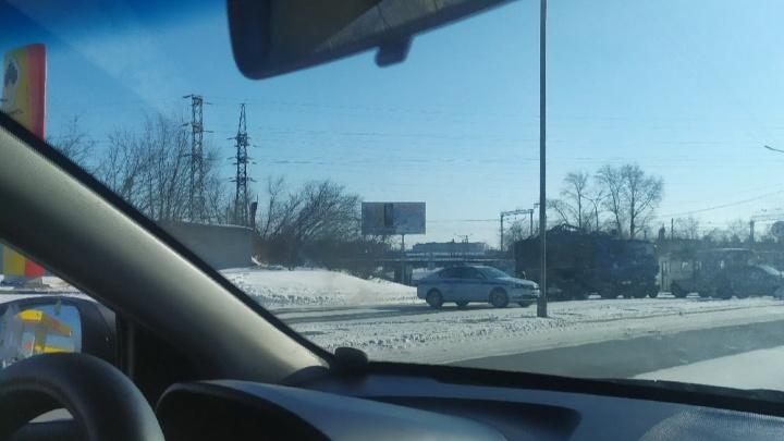 В Кургане водитель КАМАЗа устроил массовое ДТП на Галкинском переезде