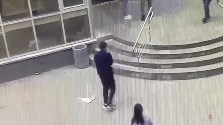 В Волгограде двое налетчиков напали на магазин с игрушечным пистолетом