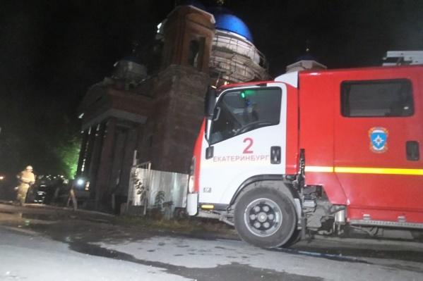 К собору съехались пять пожарных машин