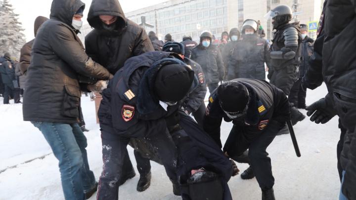 Возле памятника Курчатову в Челябинске задержали участников несанкционированной акции протеста
