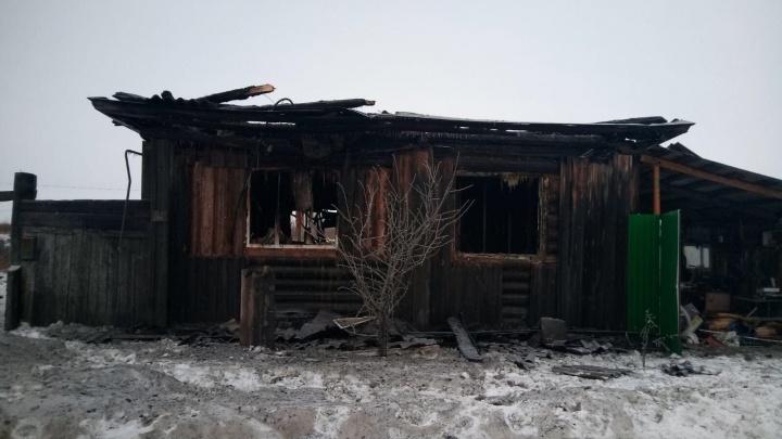 Трехлетняя девочка погибла при пожаре в тюменском селе. Ее маму и братьев успели спасти