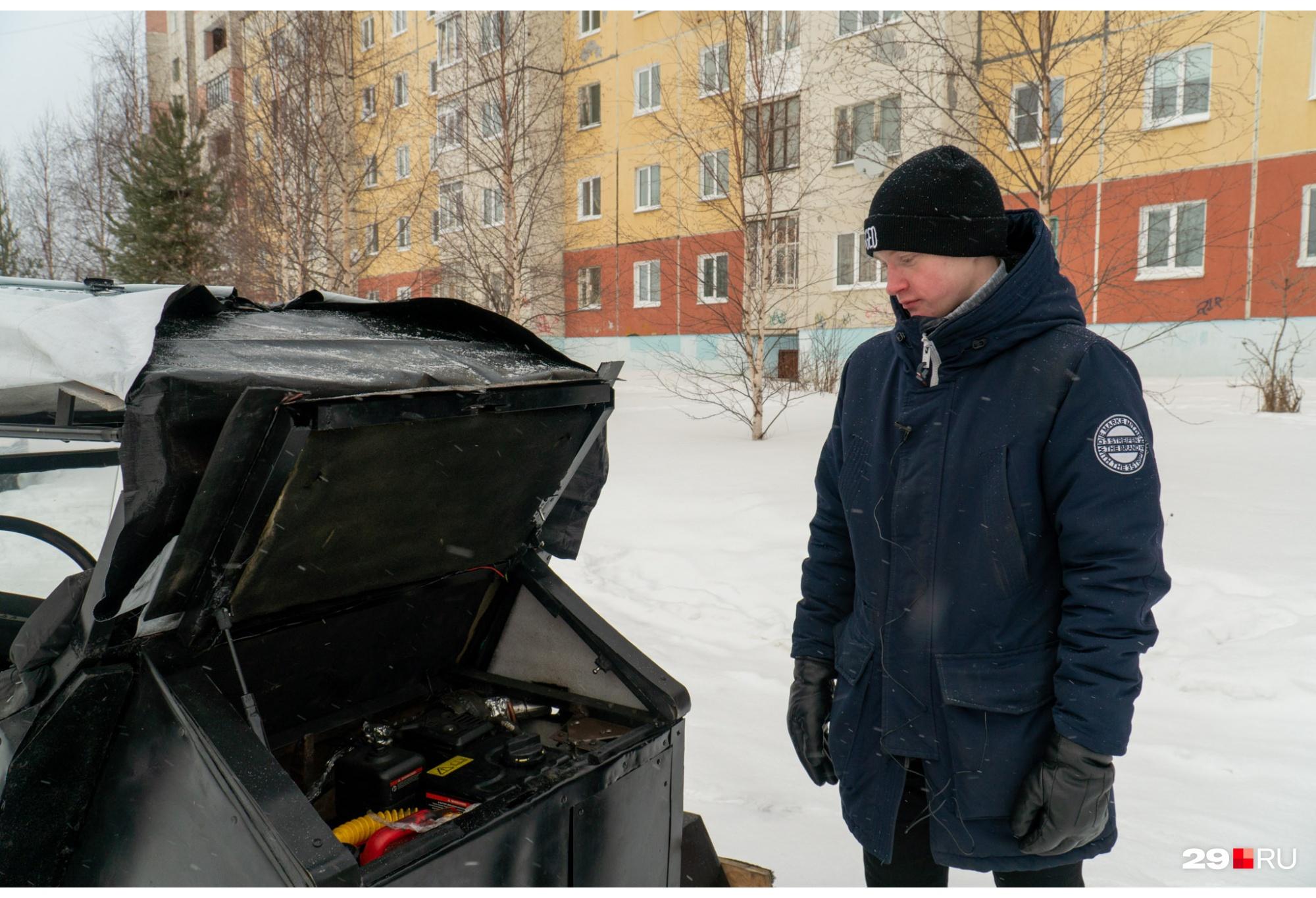 Андрей рассказывает о внутреннем устройстве машины — части для нее собирали и покупали в разных местах: от свалки до объявлений
