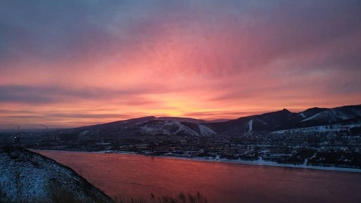Красивый розовый рассвет озарил небо над Красноярском