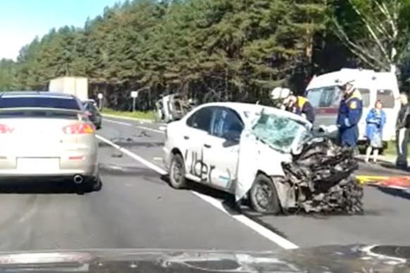 «Он вылетел из-за грузовика»: очевидица рассказала, как произошло ДТП с такси и эвакуатором