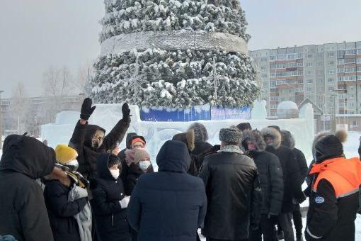 Сургутяне собрались перед администрацией города
