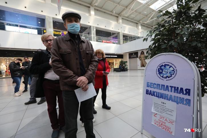 В ТРК Челябинска будут прививать от коронавируса ежедневно, пока не введут QR-коды