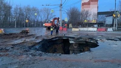 На улице Куйбышева в Челябинске образовался новый гигантский провал. МЧС развернуло на месте оперштаб