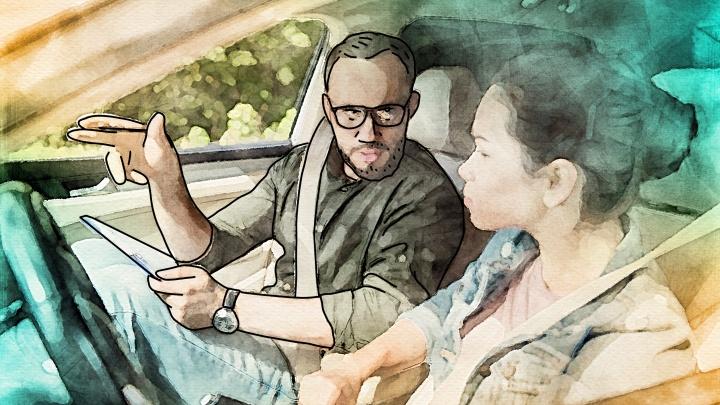 «Что меня бесит»: инструктор по вождению — о женщинах за рулем, купленных правах и озлобленных водителях