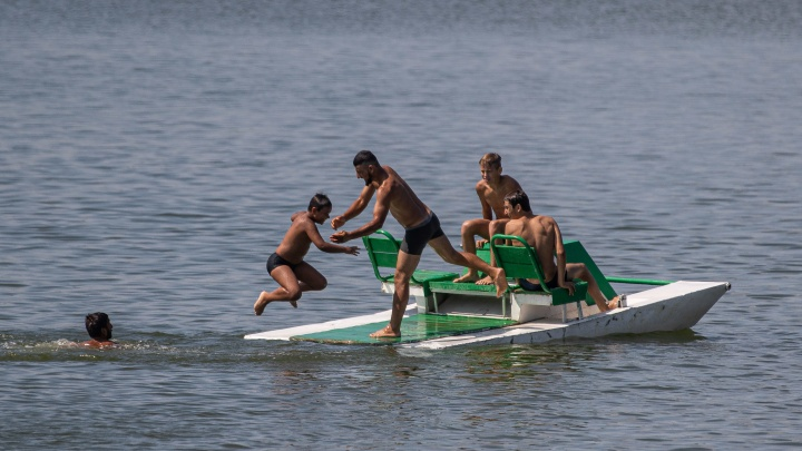 Новосибирцы спасаются от жары в опасном котловане — 15 фото счастливых отдыхающих