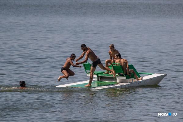 Дети и взрослые развлекаются в воде, несмотря на все предупреждения