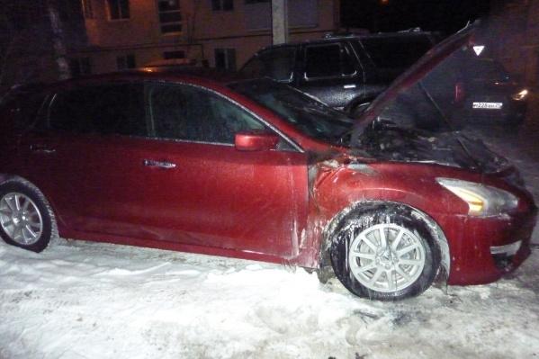 Больше всего в автомобиле оказался поврежден моторный отсек