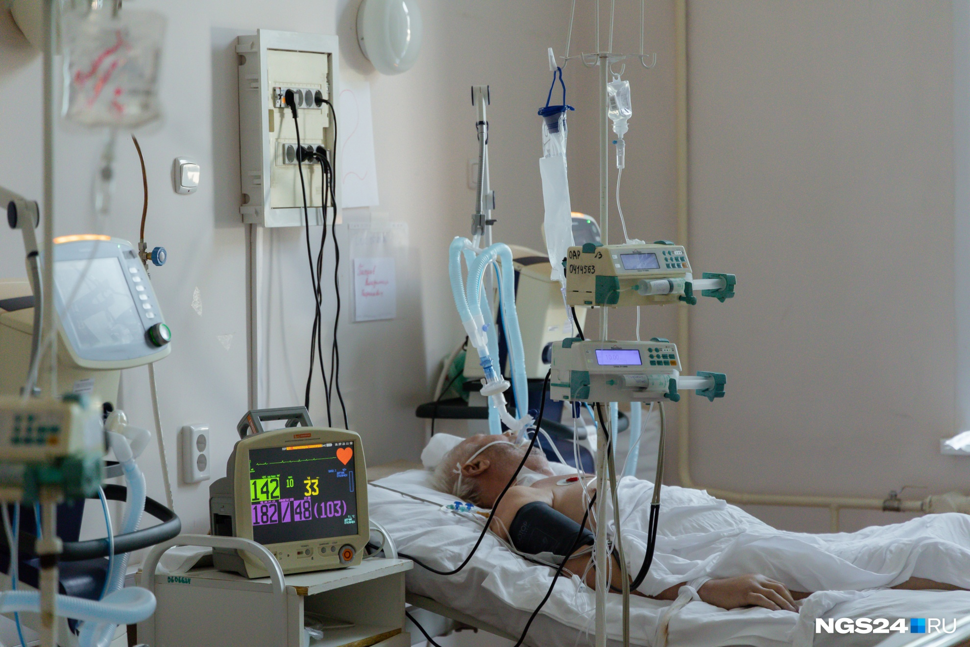 Несмотря на то что стало больше молодых пациентов, пожилые по-прежнему болеют очень тяжело
