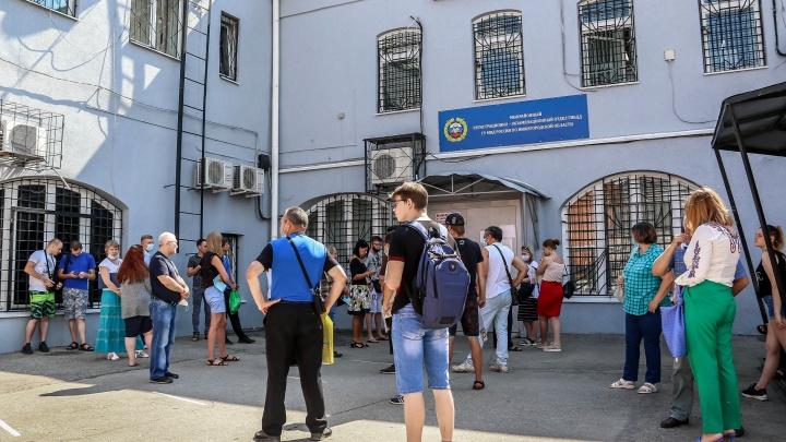 В ГИБДД винят автошколы, в автошколах — ГИБДД. Курсанты месяцами ждут своих экзаменов на права