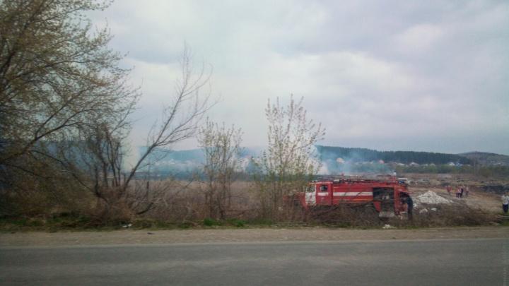 В Челябинской области вторые сутки тушат крупный природный пожар. Посмотрите масштабное видео с высоты