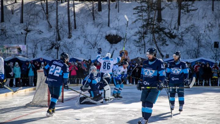 «Сибирь» закрыла хоккейный сезон матчем на реке — 15 кадров с необычной игры