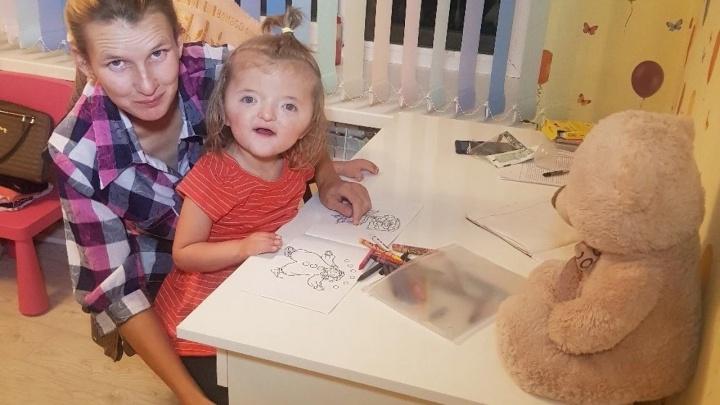 «Она не замечает своих дефектов»: как изменилась жизнь девочки из Башкирии со сросшимися пальцами после поступления в детсад