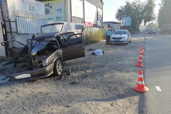 Удар полностью уничтожил переднюю часть автомобиля