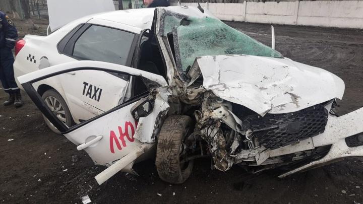 На Дону таксист уснул за рулем и въехал в фуру. Пострадал шестилетний ребенок