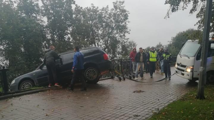Скрылся с места ДТП: в Ярославле легковушка снесла забор на набережной
