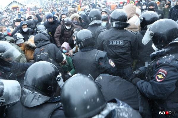 Стражи порядка считают, что на полицейского напали во время акции протеста