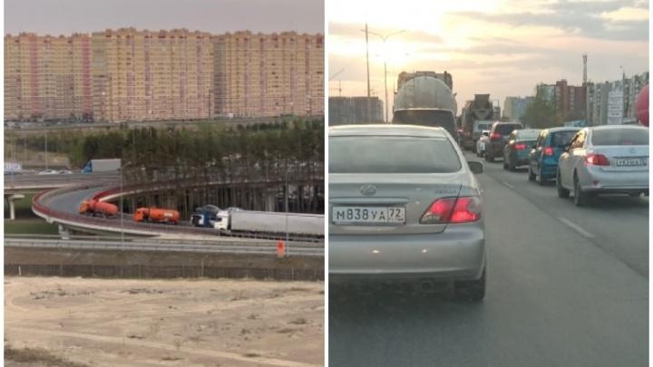 На Московском тракте автовоз перекрыл движение по развязке