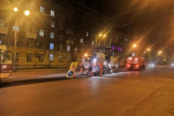 Срезанный асфальт сразу складывали в кузов КАМАЗа
