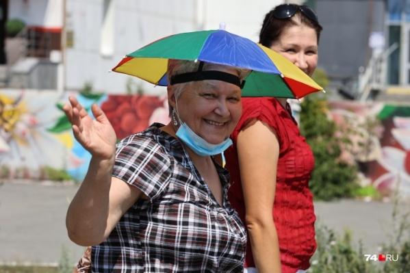 В Челябинске стоит рекордная для июня жара, и спасаются от нее порой весьма необычными способами