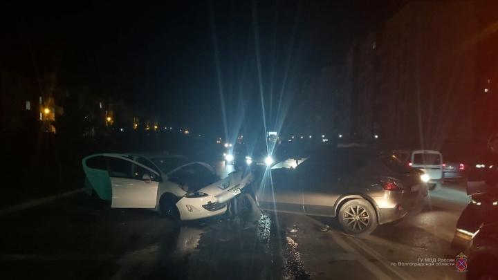 Обе машины — в хлам, грохот был страшный: в Советском районе Волгограда столкнулись две иномарки. Есть пострадавшие