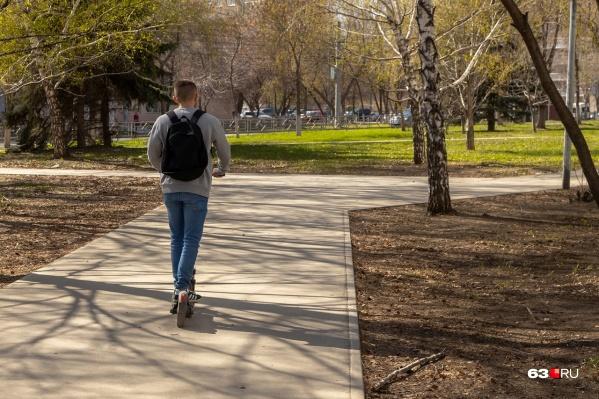 Самарцы на самокатах передвигаются, как правило, по тротуарам и преимущественно посередине