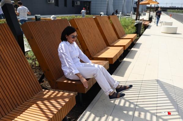 Наталья Котова опробовала новые скамейки, напоминающие лежаки на пляжах