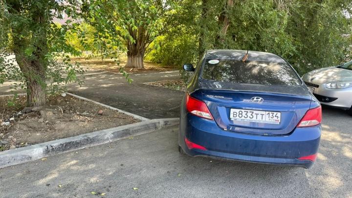 «Да кому я тут мешаю?»: автохамы Волгограда выжили пешеходов с тротуаров