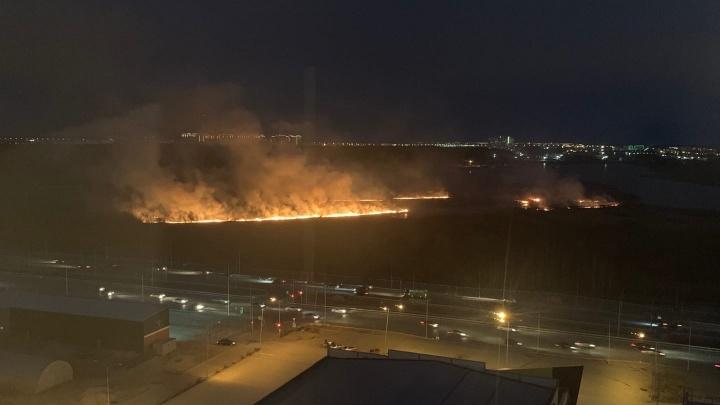 Серьезный пожар в Зареке. Горит сухая трава у озера Круглое