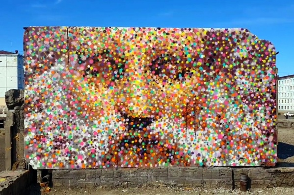 В Норильске появились граффити в стиле неопуантилизма от известного московского художника Степана Краснова