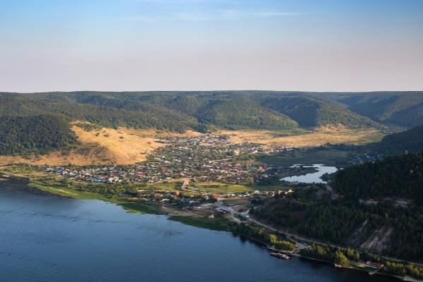 Поселок расположился в одном из самых живописных мест региона