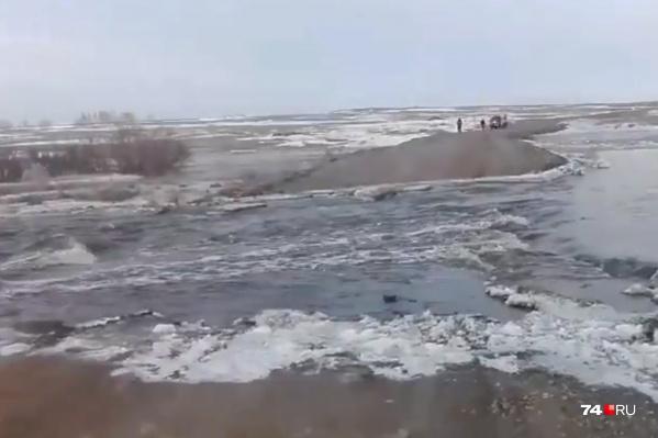 Топить дорогу возле деревни Горной в Карталинском районе начало с середины марта