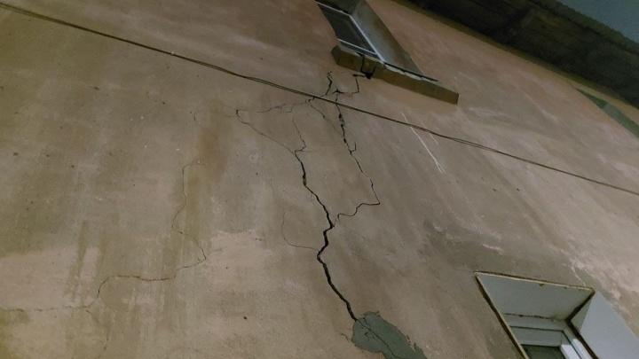 В Нижнем Новгороде на девочку обвалился потолок. Это перессорило соседей, но дом продолжает разрушаться