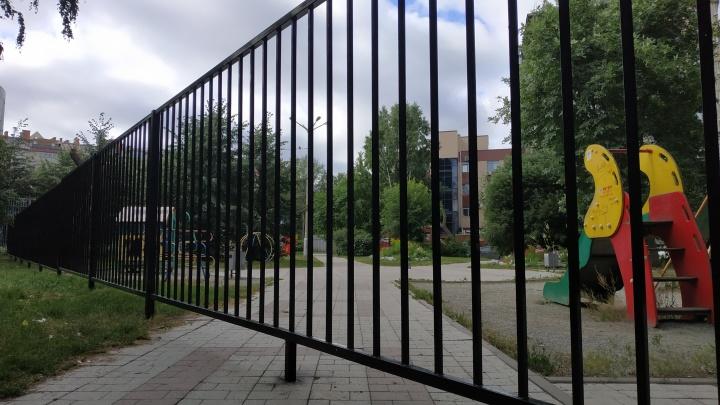 «Хватит жить для площади Калинина»: жители дома на Красном проспекте перегородили забором сквер с фонтаном