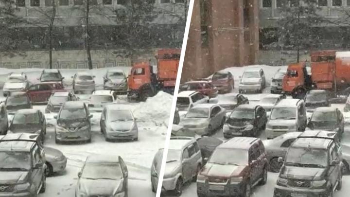 Мусоровоз застрял в снегу в Академгородке— видео, на котором его вытаскивает легковой «Субару»
