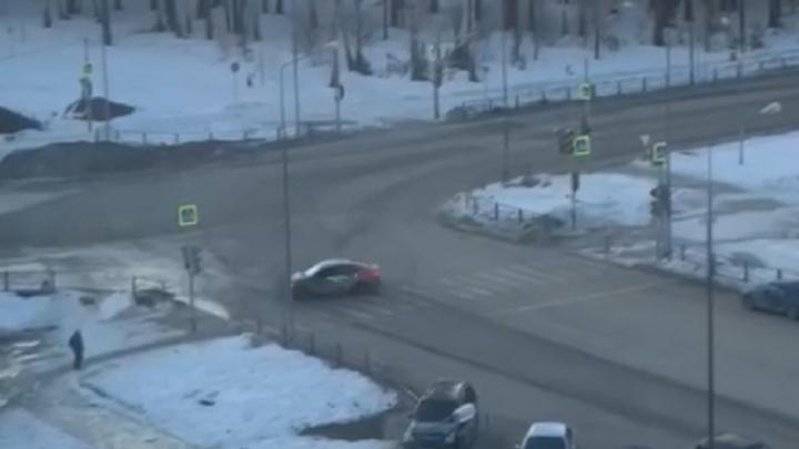 «Автомобиль вскипятили»: в Верхней Пышме сняли навидео дрифтера, который «крутил пятаки» на «Делимобиле»