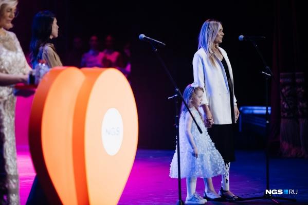 Алла Бочковская с дочерью на сцене НОВАТа