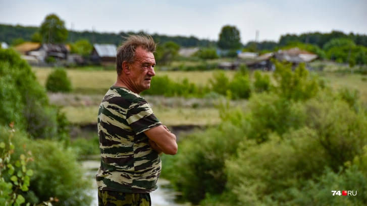 Александр Исаев смотрит на реку, возле которой провел большую часть жизни