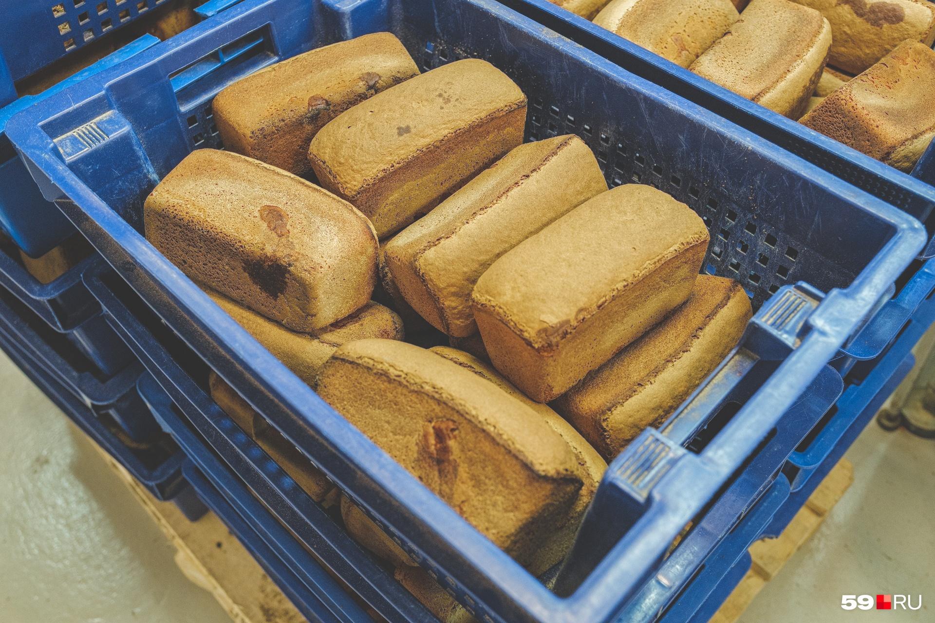 Гренки делают из буханок ржаного хлеба