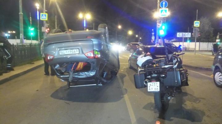 Неадекватный водитель Suzuki устроил два ДТП на одном перекрестке и чуть не погубил дочерей. Видео