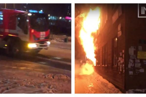 Дом полыхал открытым пламенем, когда подъехали пожарные