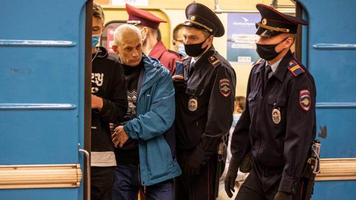 В Новосибирске снова рейд: 15 фото из утреннего метро, где полиция заставляла пассажиров надевать маски